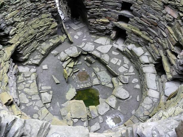 Broch van Mousa uit de 1ste eeuw n.Chr. In de broch, in het midden een bron voor zoet water