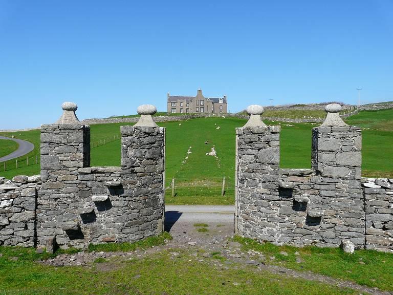Het Lunna House van de Hunter familie met poort voor de Laird en de traptreden voor het gewone volk